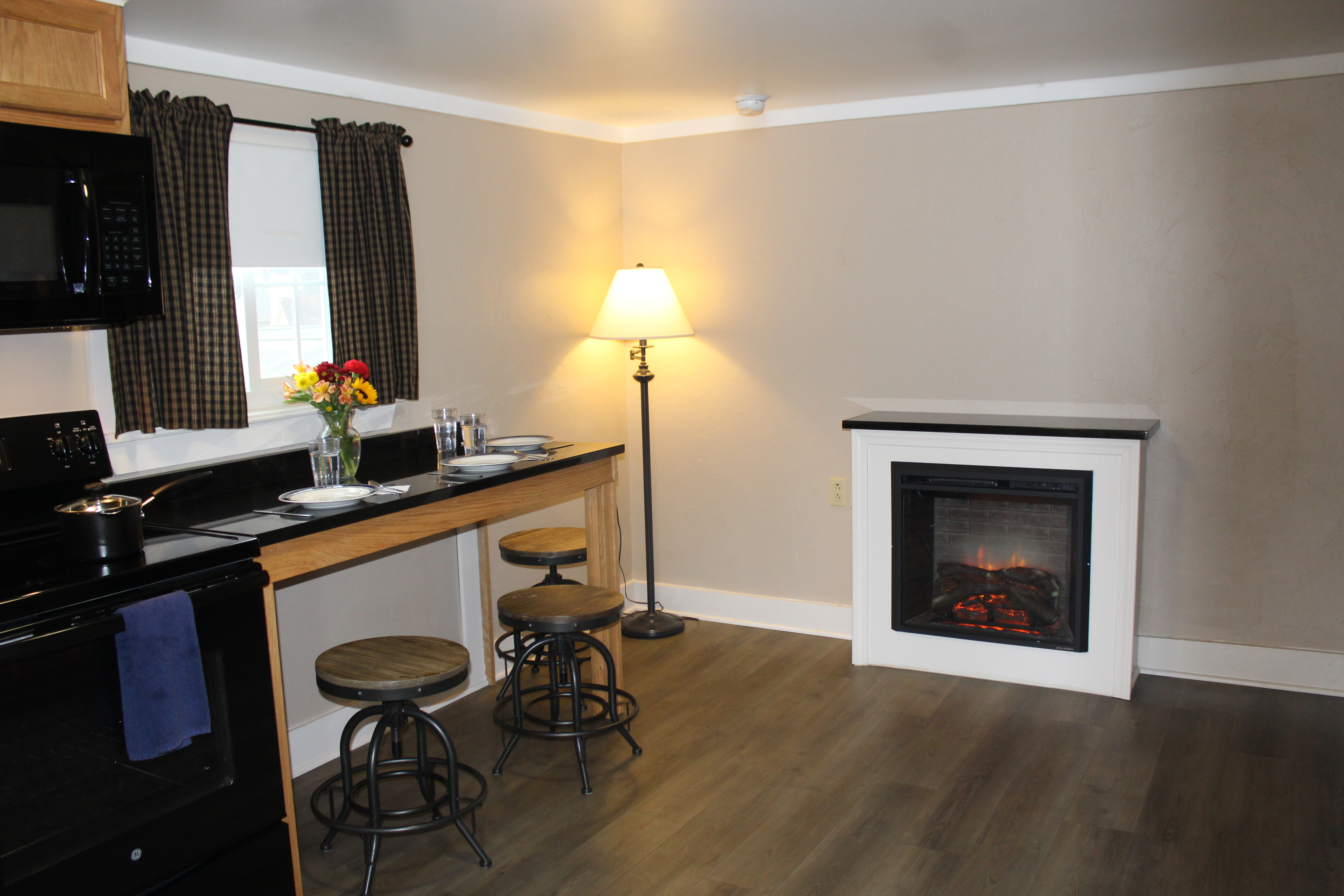 suite-kitchen-fireplace